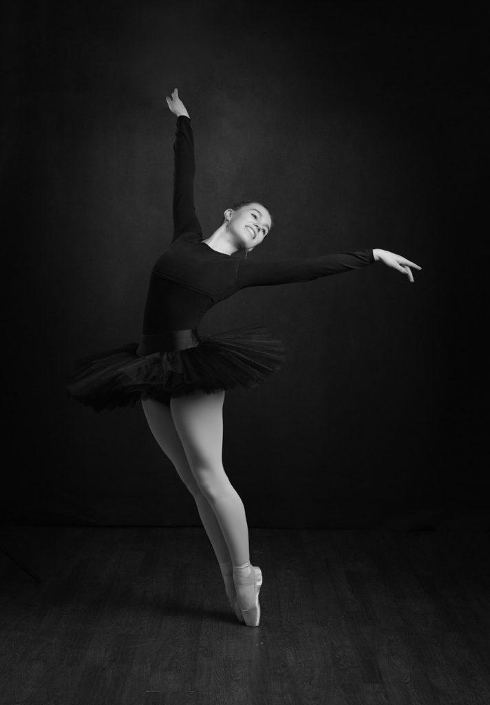ballet dancer on pointe in black tutu by Family Photographer Northampton and Milton Keynes